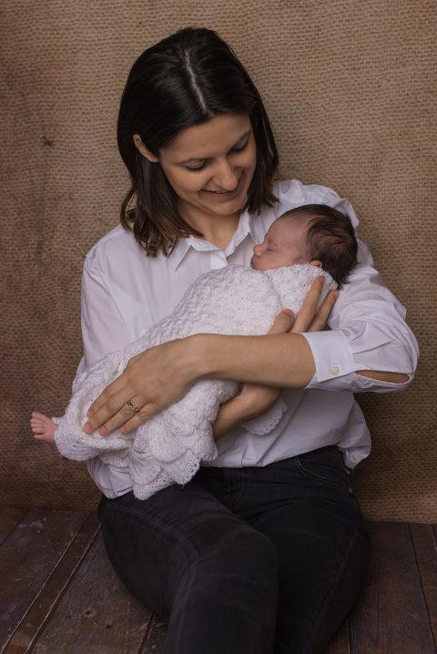 Stolze Mama bei der  Neugeborenenfotografie